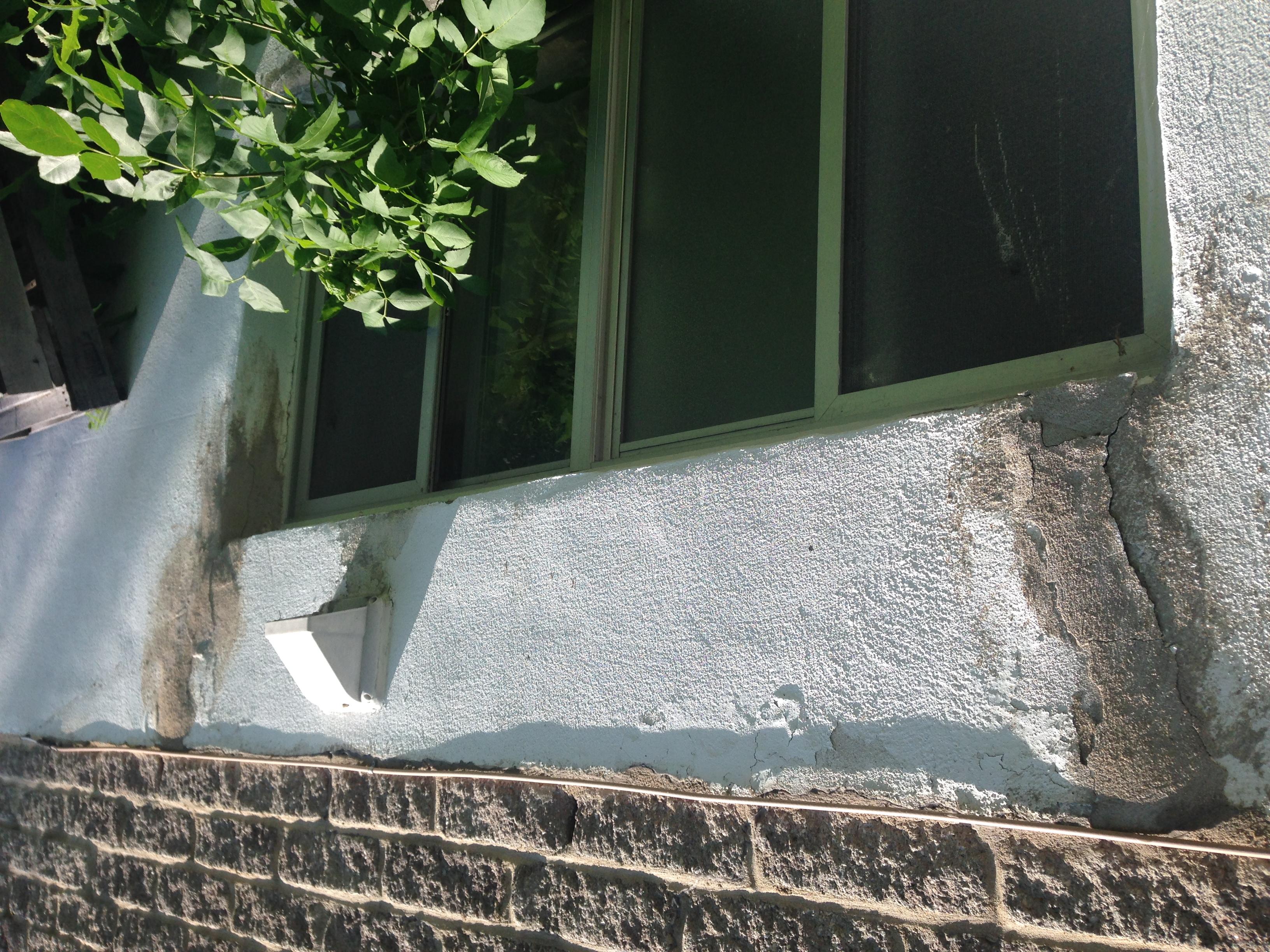 Exemple de fissure de béton dangereuse pour la structure de la maison